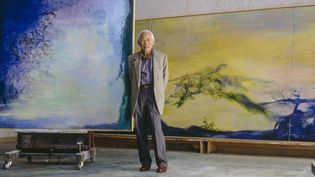"""Zao Wou-Ki dans son atelier de campagne vers 2000, devant """"Eclipse et le grand triptyque, Hommage à mon ami Henri Michaux"""" (Guillaume de Laubier)"""