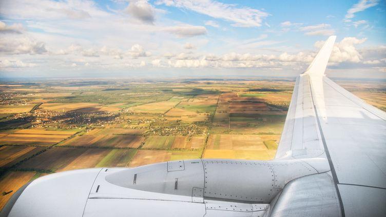 Un avion survole la campagne et les champs en Hongrie. (Illustration) (ALEXANDRA IAKOVLEVA / E+ / GETTY IMAGES)