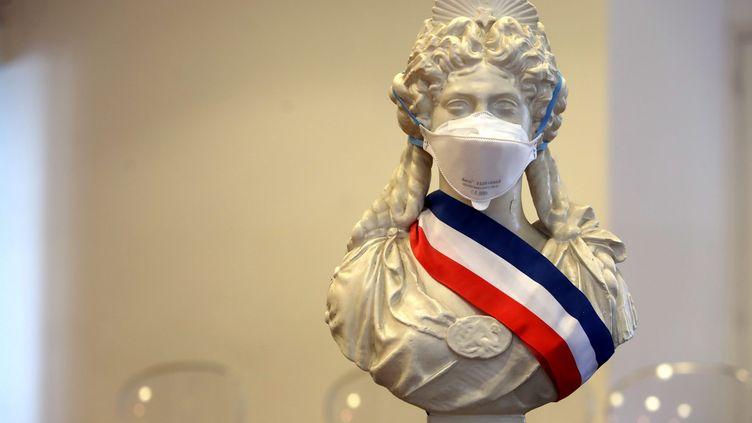 Une Marianne avec un masque et une écharpe tricolore (photo d'illustration). (ERIC OTTINO / MAXPPP)