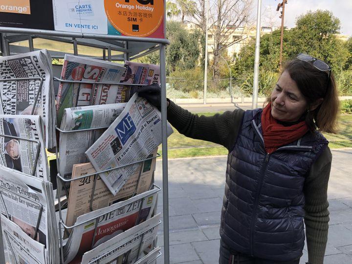 Laurence, un journal de Milan à la main, le 25 février 2020 à Nice (Alpes-Maritimes). (JULIETTE CAMPION / FRANCEINFO)