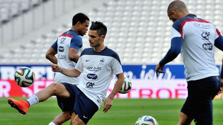 Cabella et Rémy (icic à l'entraînement  aux côtés de Benzema) seront titulaires en Serbie (PHILIPPE HUGUEN / AFP)