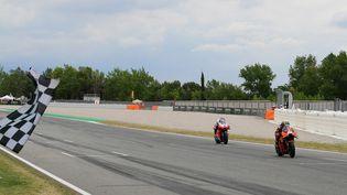 Miguel Oliveira (KTM) devance la Ducati de Johann Zarco au GP de Catalogne dimanche 6 juin 2021. (LLUIS GENE / AFP)