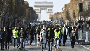 """Des """"gilets jaunes"""" manifestent sur les Champs-Elysées à Paris, le 17 novembre 2018. (STEPHANE DE SAKUTIN / AFP)"""