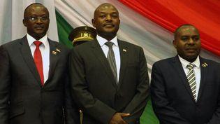 Le président burundais Pierre Nkurunziza (au milieu) pose avec ses deux vice-présidents, le 20 août 2015 à Bujumbura. Washington accuse le pouvoir burundais de double-language dans la crise qui secoue le pays. (Photo AFP/Landry Nshimiye)