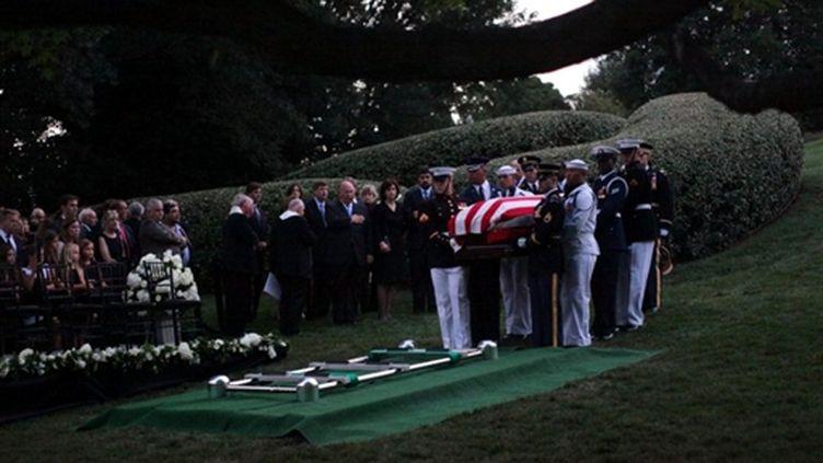 Le cercueil de Ted Kennedy au cimetière d'Arlington, près de Washington (29-8-2009) (© AFP PHOTO / Pool / Doug Mills)