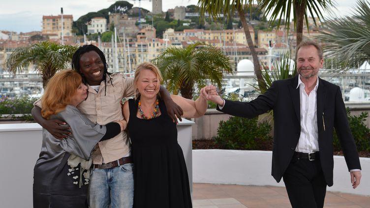 """Une partie de l'équipe du film """"Paradis : Amour"""", du réalisateur autrichien Ulrich Seidl (D),le 18 mai 2012 à Cannes. (ALBERTO PIZZOLI / AFP)"""