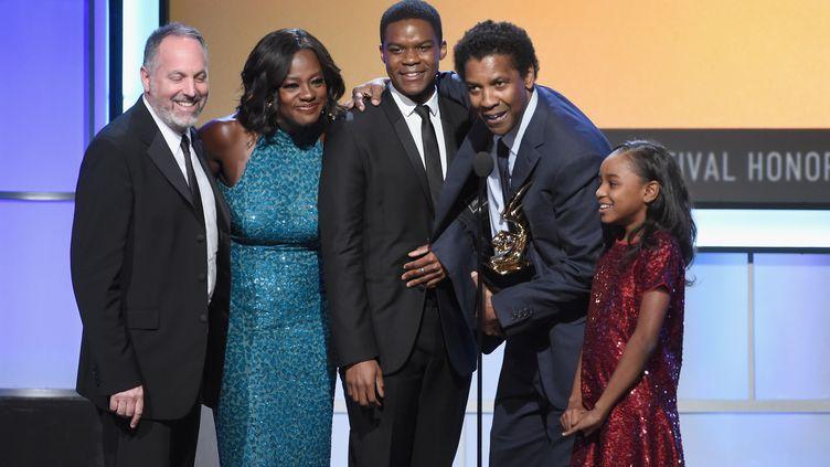 """L'équipe du film """"Fences"""" à la cérémonie des BET awards à Beverly Hills, le 17 février 2017. (KEVIN WINTER / GETTY IMAGES NORTH AMERICA)"""