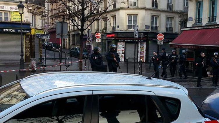 (Le quartier autour du commissariat a été bloqué © RF/ Alice Serrano)