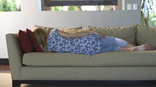 Une femme dort sur un canapé (illustration). (MAXPPP)