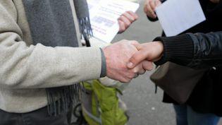 Une distribution de tracts dans la rue, avant l'épidémie de Covid-19 (illustration). (THIERRY GACHON / MAXPPP)