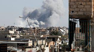 Une explosion près d'un stade où des soldats de l'État islamique se sont réfugiés, après un bombardement de la coalition à Raqqa, en Syrie, le 12 octobre 2017. (ERIK DE CASTRO / REUTERS)