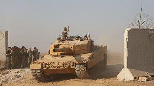 Un soldat turc sur un char,près de la ville frontalière de Ras al-Ain, dans le nord-est de la Syrie, le 27 octobre 2019. (NAZEER AL-KHATIB / AFP)