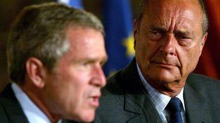 Jacques Chirac s'est opposé à Georges Bush sur la guerre en Irak en 2003. (TIM SLOAN / AFP)