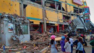 Des habitants constatent les dégâts après le séisme du 29 septembre 2018, en Indonésie. Ce centre commercial de Palu, dans le centre de l'île, a été sérieusement touché. (ANTARA FOTO AGENCY / REUTERS)