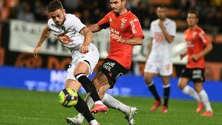 Le Lorientais Thomas Monconduit face au Lillois Johan Gudmundsson, vendredi à Lorient. (FRED TANNEAU / AFP)