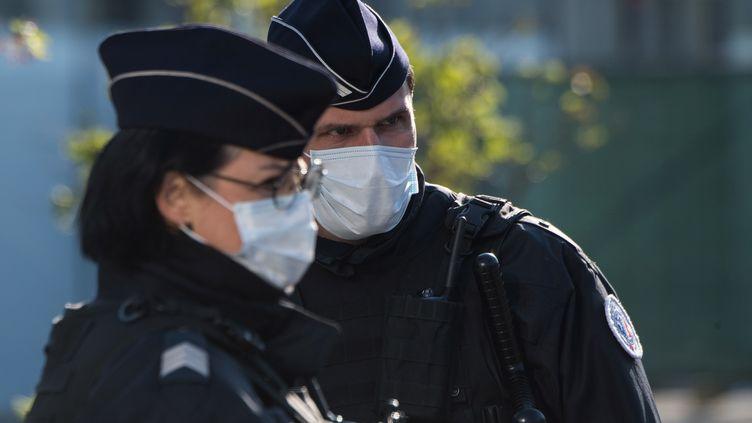 Des policiers devant la gare de Nantes en Loire-Atlantique, le 26 mars 2020 (photo d'illustration). (LOIC VENANCE / AFP)