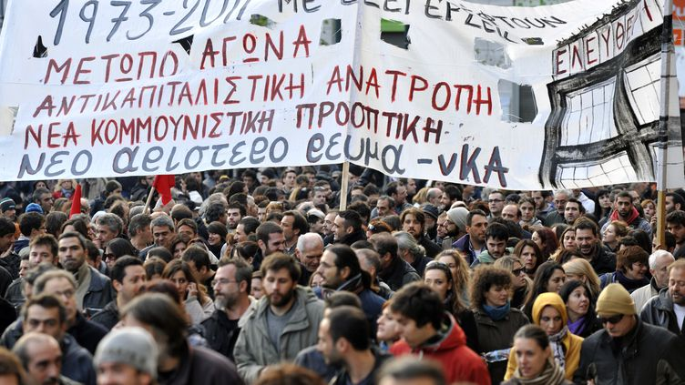 Des manifestants dans les rues d'Athènes (Grèce), jeudi 17 novembre 2011. (LOUISA GOULIAMAKI / AFP)