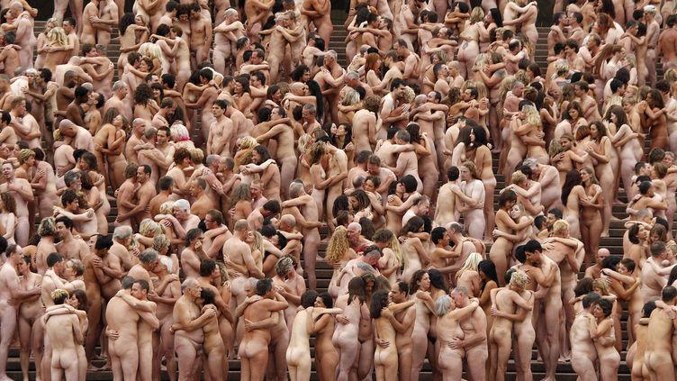 Environ 5 000 volontaires posent nus pour l'artiste Spencer Tunick, devant l'opéra de Sydney (Australie), le 1er mars 2010. (TIM WIMBORNE / REUTERS)