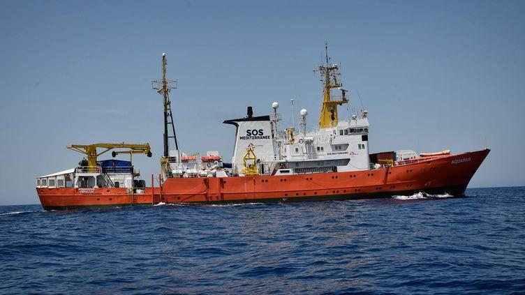 L'Aquarius, navire de l'ONG française SOS Méditerranée, est en mission au large des côtes libyennes, le 6 mai 2018. (LOUISA GOULIAMAKI / AFP)