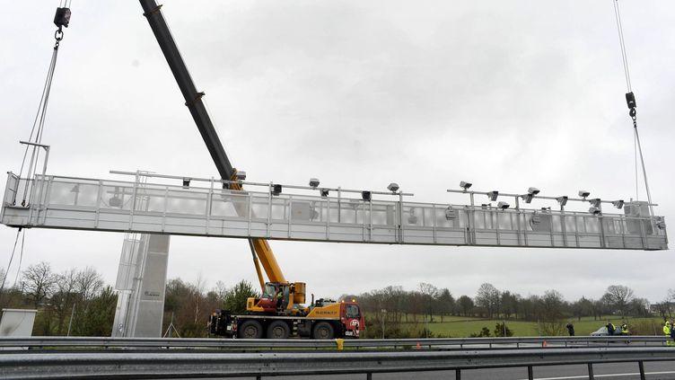 Démontage du portique écotaxe sur l'A84 à Gosné (Ille-et-Vilaine), le 26 janvier 2014. (MAXPPP)