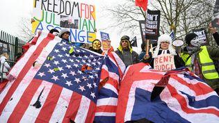 Des soutiens de Julian Assange manifestentdevant la Woolwich Crown Court à Londres, le 24 février 2020. (DANIEL LEAL-OLIVAS / AFP)
