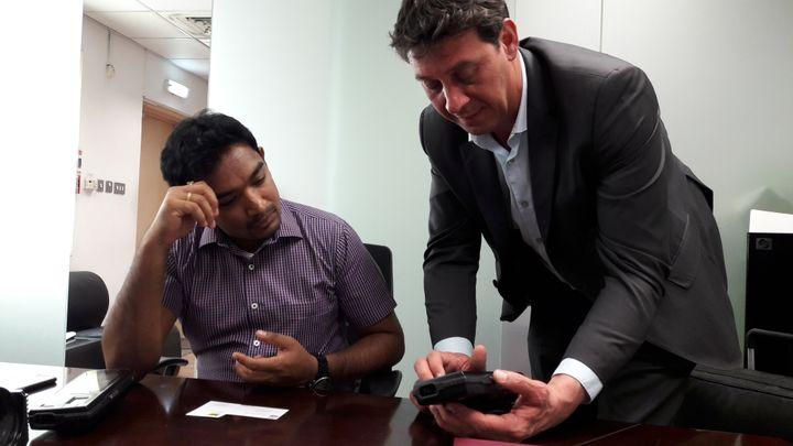 Gilles de Greef, entrepreneur marseillais, montre sa nouvelle tablette de reconnaissance à un entrepreneur Indien, basé à Dubaï. (CÉLIA QUILLERET / RADIO FRANCE)