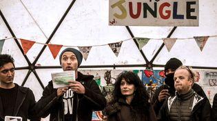"""L'acteur Jude Law dans le théâtre de la """"jungle"""" de Calais, février 2016  (PHILIPPE HUGUEN / AFP)"""