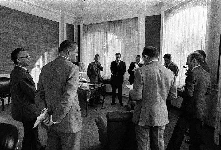 Réunion de la Direction du Monde en 1970. Alors rédacteur en chef, André Fontaine est au centre de la photo entre Jacques Fauvet et André Laurens.  (AFP)