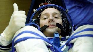Le Français Thomas Pesquet teste sa combinaison avant d'entrer dans le vaisseau Soyouz et de prendre la direction de la Station spatiale internationale, le 17 novembre 2016, avant son départ de Baïkonour (Kazakhstan). (YURI KOCHETOV / REUTERS)