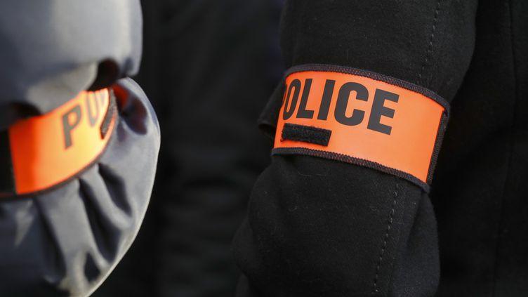 Brassards de policiers. Image d'illustration. (PATRICK KOVARIK / AFP)