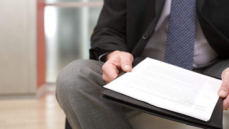 """La loi généralisant le CV anonyme """"sera abrogée"""" dans les entreprises de plus de 50 salariés, a annoncé le ministre du Travail, François Rebsamen, le 19 mai 2015. ( GETTY IMAGES )"""