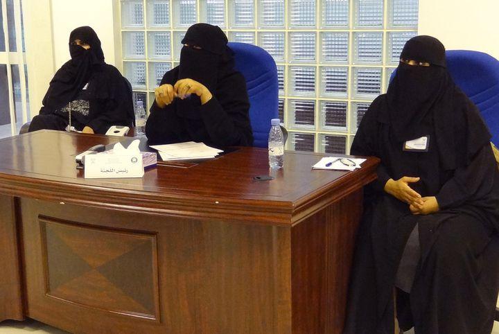 Des femmes tiennent un bureau de vote réservé aux femmes, à Riyad (Arabie soaudite), le 12 décembre 2015. (DINA FOUAD / AFP)