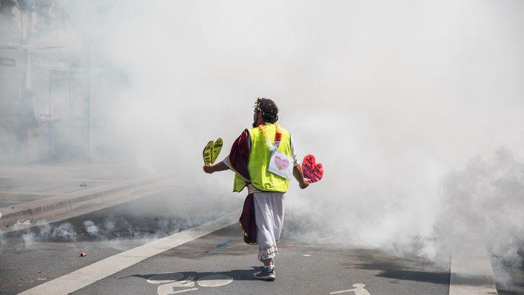 """Un """"gilet jaune"""" dans un nuage de gaz lacrymogène lors d'une manifestation à Nantes (Loire-Atlantique), le 11 mai 2019. (J?R?MIE LUSSEAU / HANS LUCAS / AFP)"""