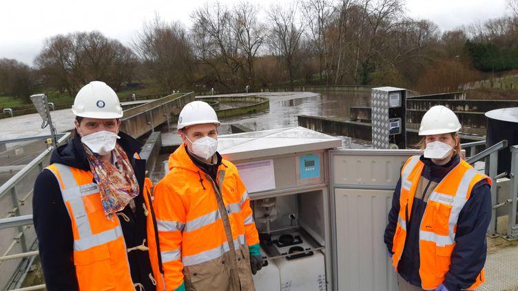 Le réseau Obépine analyse la concentration de virus dans les eaux usées. Ici, une équipe chargée des prélèvements dans une station d'épuration de Wavrechain-sous-Denain, dans le Nord. (RAFAELA BIRY VICENTE FRANCE BLEU NORD / FRANCE-BLEU NORD)