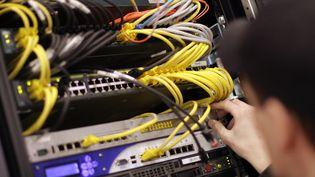 Un serveur informatique dans un data center d'Hanovre (Allemagne), le 8 mars 2009. (MICHAEL HANSCHKE / REUTERS)
