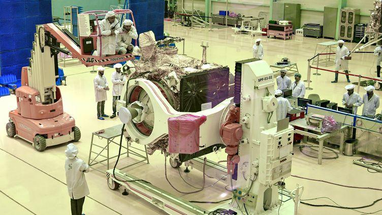 """Des scientifiquesde l'agence spatiale indienne ISRO travaillent sur levéhicule de la mission """"Chandrayaan-2"""", le 12 juin 2019, àBangalore. (MANJUNATH KIRAN / AFP)"""