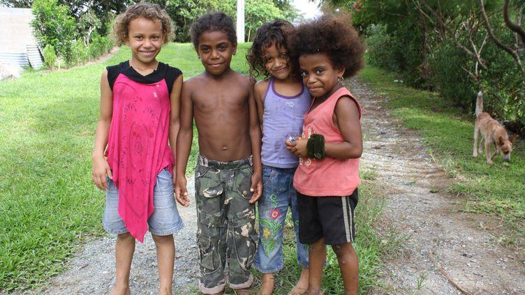 """Des enfants dans une tribu du centre de la Nouvelle-Calédonie. """" Les jeunes sontde plain-pied dans le monde d'aujourd'hui. """"  (Emmanuel Langlois)"""