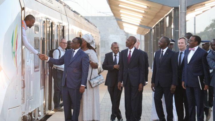 Le président sénégalais Macky Sall inaugure (symboliquement) la première section du train express régional d'une longueur de 36 km qui va relier Dakar à la ville nouvelle de Diamniadio, le 14 janvier 2019. (ALLATTIN DOGRU / ANADOLU AGENCY / AFP)