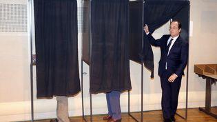 François Hollande a voté au premier tour des municipales, à Tulle (Corrèze), dimanche 23 mars 2014. (NICOLAS TUCAT / AFP)