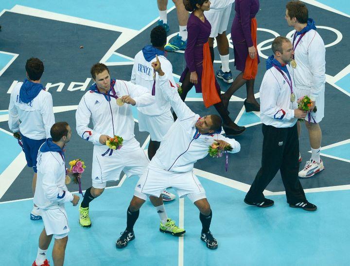 Daniel Narcisse la joue Usain Bolt après la victoire des Bleus contre la Suède en finale des Jeux olympiques de Londres, le 12 juillet 2012. (FRANCK FIFE / AFP)
