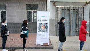 Des habitants du district de Daxing, une banlieue de Pékin (Chine), patientent avant de se faire vacciner, le 3 janvier 2021. (ZHANG CHENLIN / XINHUA / AFP)