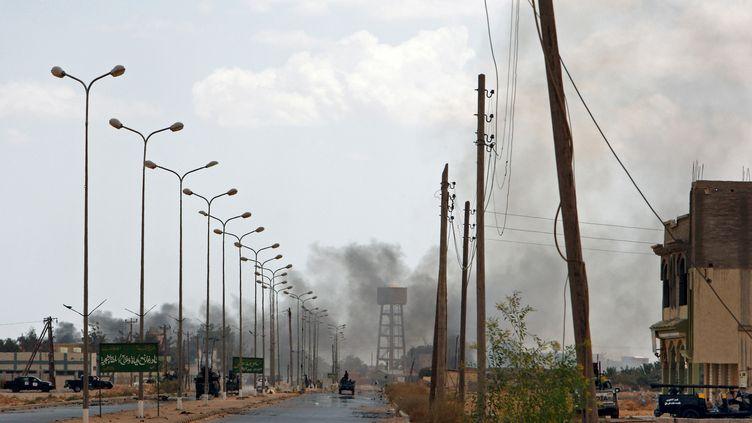 De la fumée dans le ciel de Touarga (Libye), le 12 août 2011, alors que les combats font rage entre les rebelles et les forces fidèles au colonel Kadhafi. (GIOVANNI DIFFIDENTI / AFP)