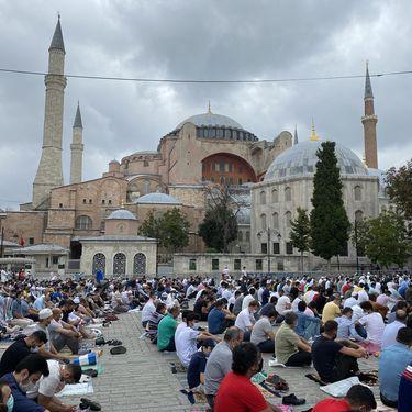 Des fidèles musulmans prient sur l'esplanade de la basilique Sainte-Sophie à Istanbul (Turquie), à l'occasion de la grande prière du vendredi, le 4 septembre 2020. (RAPHAEL GODET / FRANCEINFO)