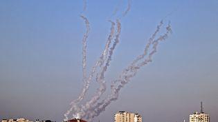 Des tirs de roquettes de la ville de Gaza en direction d'Israël, le 13 mai 2021. (MOHAMMED ABED / AFP)