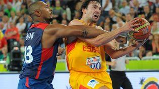 Boris Diaw fait faute sur Sergio Llull, lors de la demi-finale entre la France et l'Espagne, lors de l'Eurobasket, à Ljubljana (Slovénie), le 20 septembre 2013. (ANDREJ ISAKOVIC / AFP)