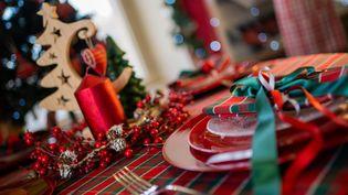 Une table de réveillon de Noël. Photo d'illustration. (SIMON DAVAL - P?RIPLES & CIE / MAXPPP)