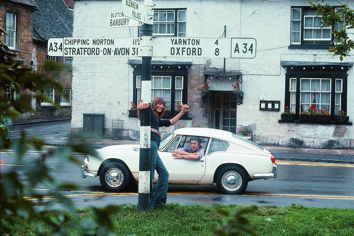 Sur le chemin de Blenheim Palace, 1969, Jane fait du stop près d'Oxford, Serge est dans la voiture derrière  (Andrew Birkin)
