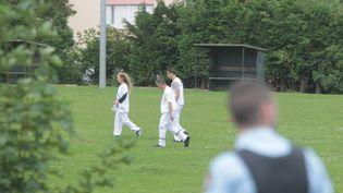 Des infirmiers et un policier sur les lieux de la fusillade mortelle dans un campement de gens du voyage, le 25 août 2015 à Roye (Somme). (  MAXPPP)