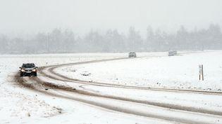 Une route sous la neige, près de Méteren (Nord), le 19 décembre 2010. (PHILIPPE HUGUEN / AFP)