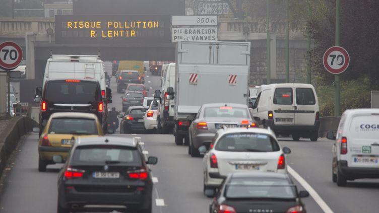 Le périphérique parisien au ralenti, le 2 novembre 2015. (CITIZENSIDE / CAROLINE PAUX / AFP)